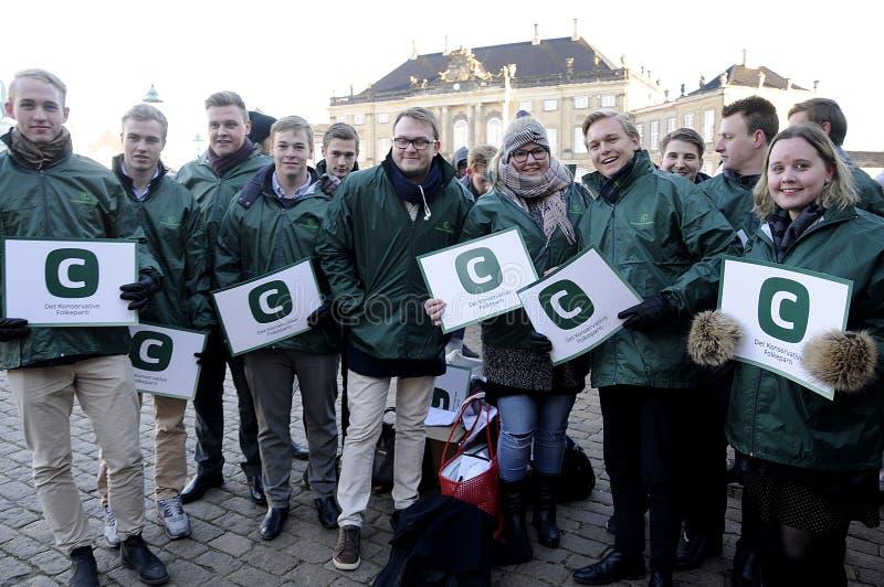 Suportes de partido conservador dinamarqueses para seu líder imagens de stock royalty free