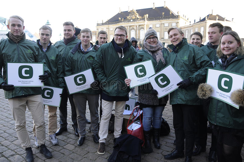 Suportes de partido conservador dinamarqueses para seu líder imagens de stock