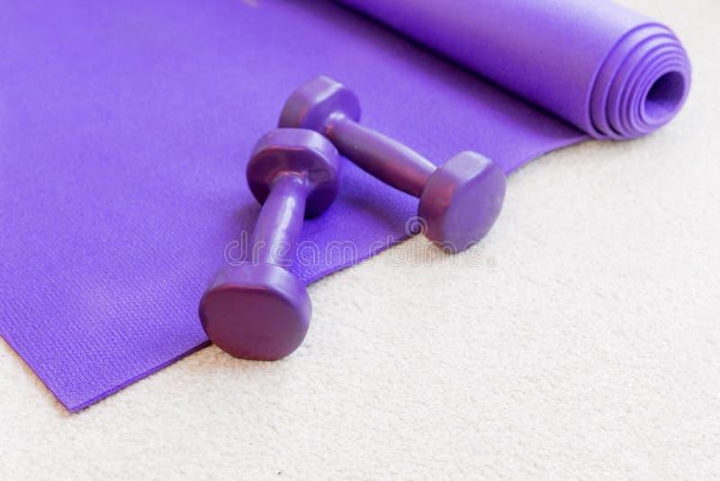 Suportes do equipamento dos pilates da ioga da aptidão no tapete fotos de stock royalty free