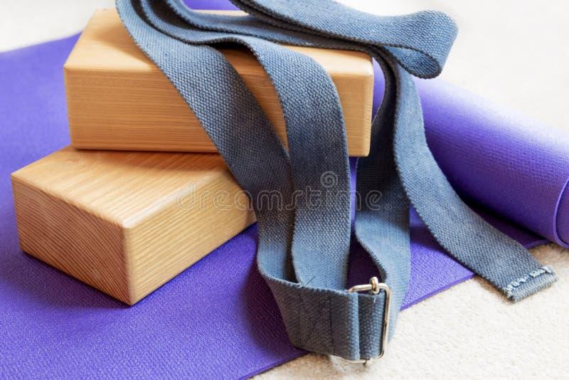 Suportes do equipamento dos pilates da ioga da aptidão no tapete fotografia de stock