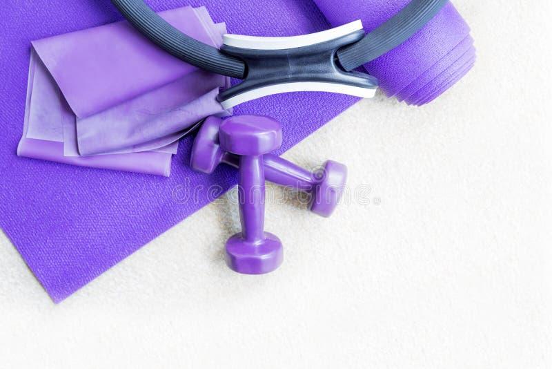 Suportes do equipamento dos pilates da ioga da aptidão no tapete fotos de stock