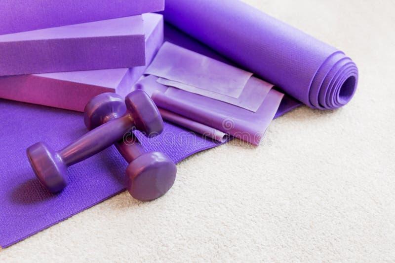 Suportes do equipamento dos pilates da ioga da aptidão no tapete imagens de stock