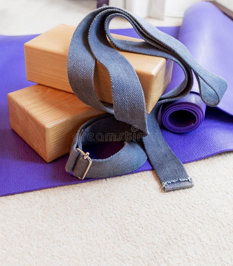 Suportes do equipamento dos pilates da ioga da aptidão no tapete foto de stock