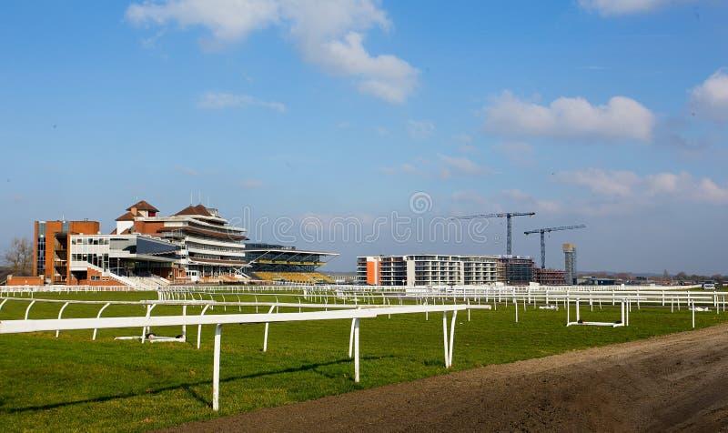 Suportes e alojamento do cano principal da pista de corridas de Newbury fotos de stock