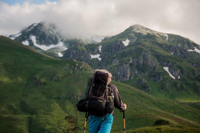 Suportes masculinos do turista na frente das montanhas fotografia de stock