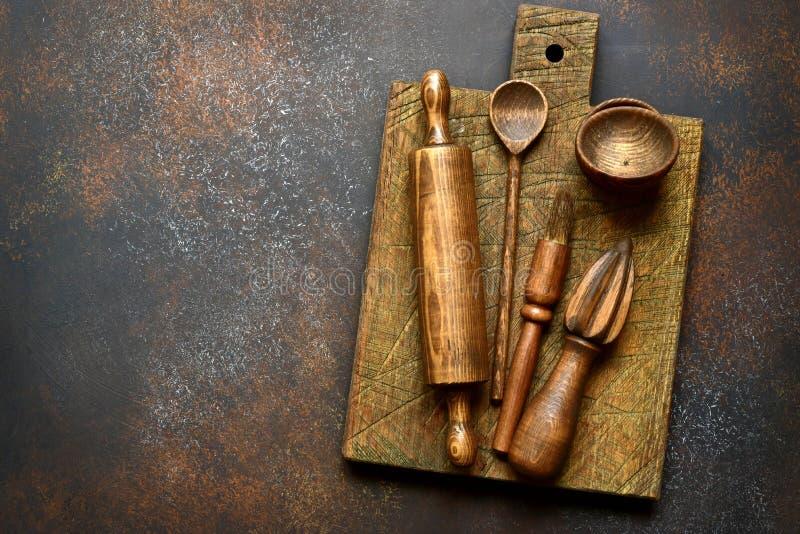 Suportes rústicos de madeira da cozinha Vista superior com espaço da cópia foto de stock royalty free