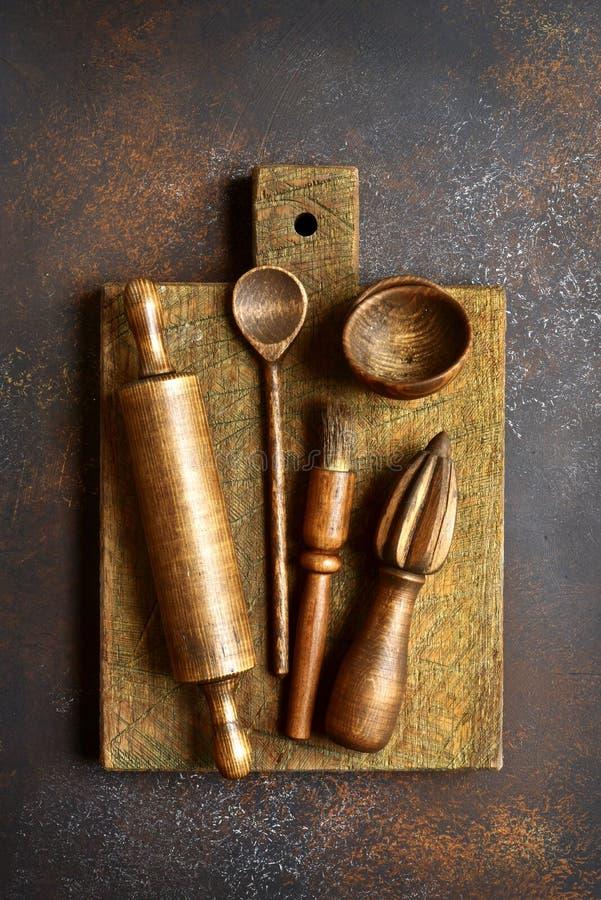 Suportes rústicos de madeira da cozinha Vista superior com espaço da cópia imagens de stock royalty free