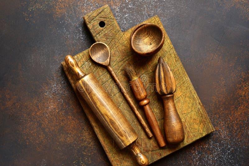 Suportes rústicos de madeira da cozinha Vista superior com espaço da cópia imagem de stock royalty free