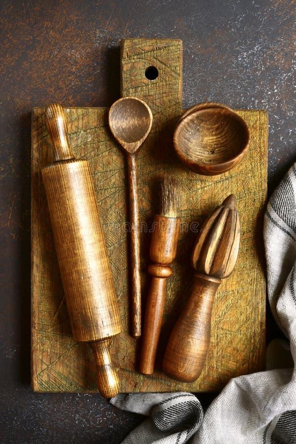 Suportes rústicos de madeira da cozinha Vista superior com espaço da cópia fotos de stock royalty free