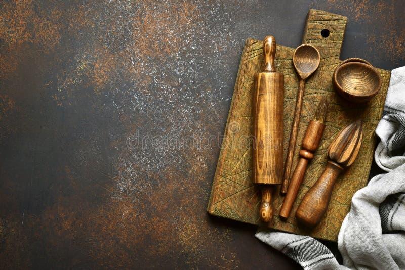 Suportes rústicos de madeira da cozinha Vista superior com espaço da cópia foto de stock
