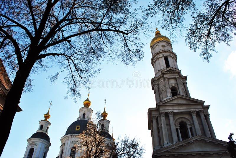 Suposición o iglesia ortodoxa de la catedral de Dormition de Járkov, Ucrania, día de invierno con el cielo nublado azul y la silu foto de archivo libre de regalías