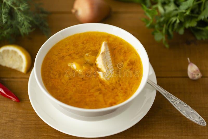 Suppe der frischen Fische mit Bestandteilen und Gewürzen für das Kochen stockbilder