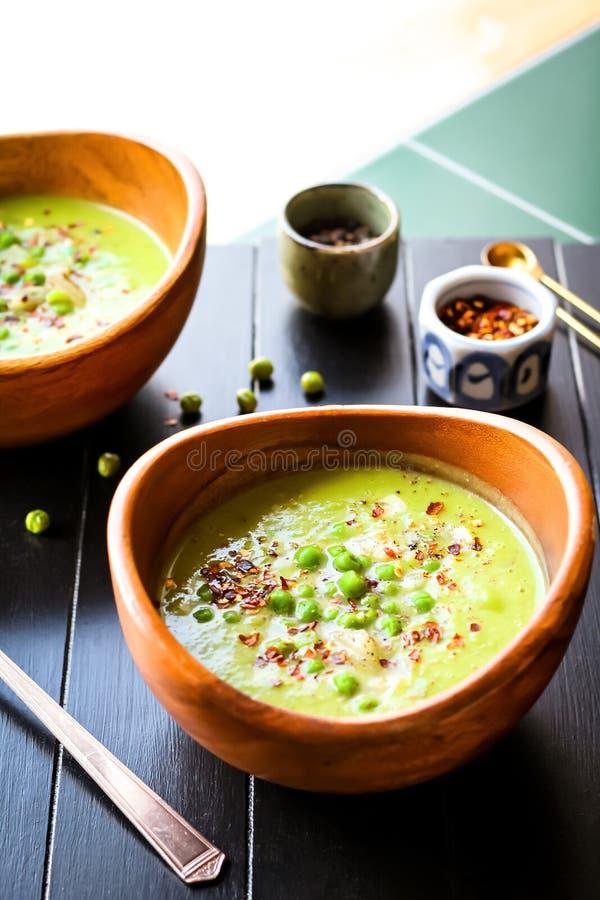 Suppe der grünen Erbse mit rotem Pfeffer stockfotos