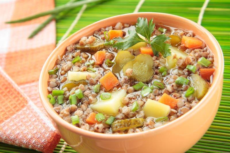 Suppe mit Buchweizengrützen, Essiggurken und Frühlingszwiebeln stockbild