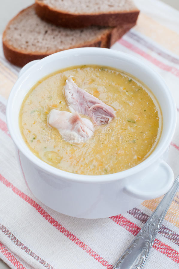 Suppe mit einem Stück des Huhns stockfoto