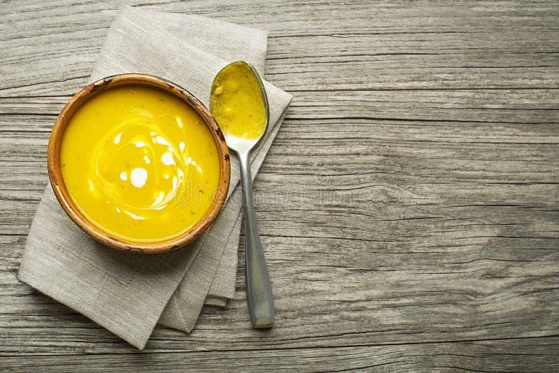 Suppe mit Kürbis und Gewürzen stockbilder