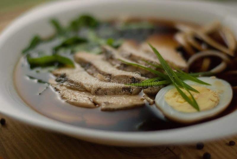 Suppe mit Kalbfleisch, Ei und Grüns stockbilder