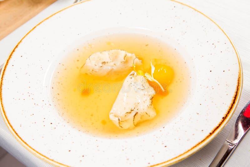 Suppe mit Mehlklößen und einem Eigelb stockfoto