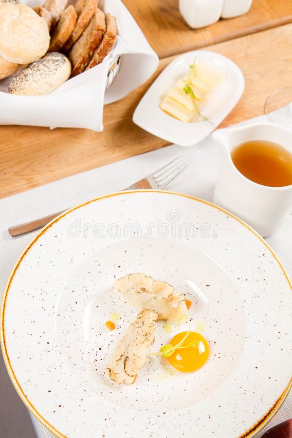Suppe mit Mehlklößen und einem Eigelb stockfotografie