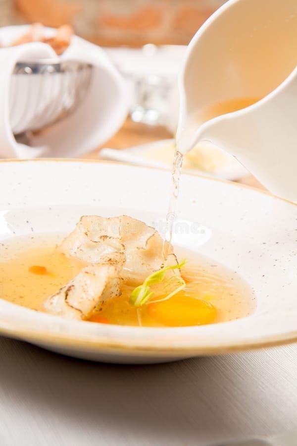 Suppe mit Mehlklößen und einem Eigelb lizenzfreie stockfotografie