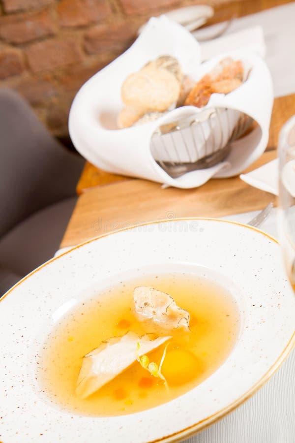 Suppe mit Mehlklößen und einem Eigelb stockfotos