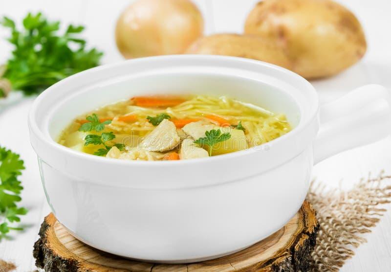 Suppe mit Nudeln und Huhn stockfoto