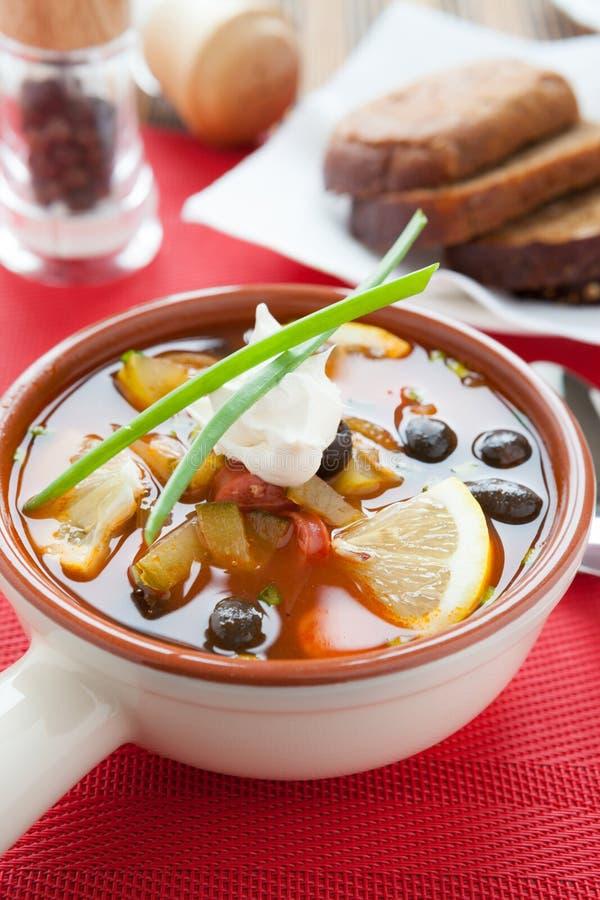 Suppe mit Oliven und geraucht stockfotografie