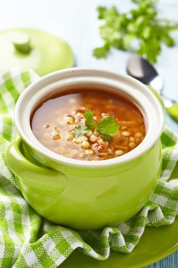 Suppe mit roter Linse, Teigwaren und Gemüse stockbilder