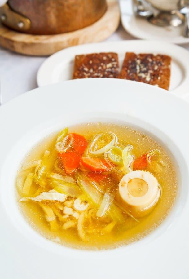 Suppe tafelspitz von gekochter Rinderbrühe stockbild
