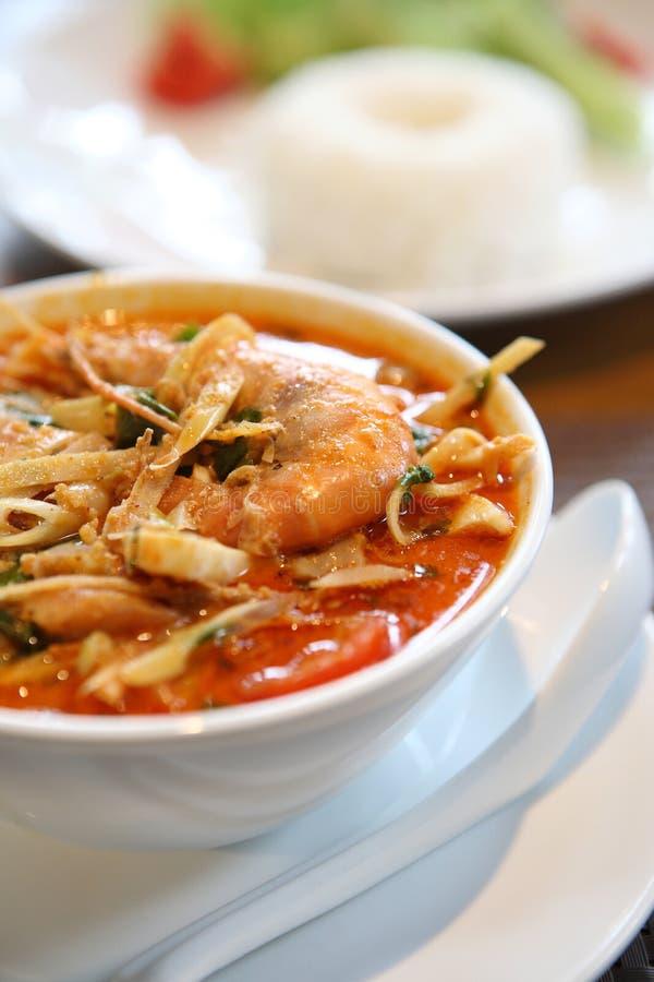 Suppe Tom-Yum, eine siamesische traditionelle würzige Garnelesuppe stockbilder