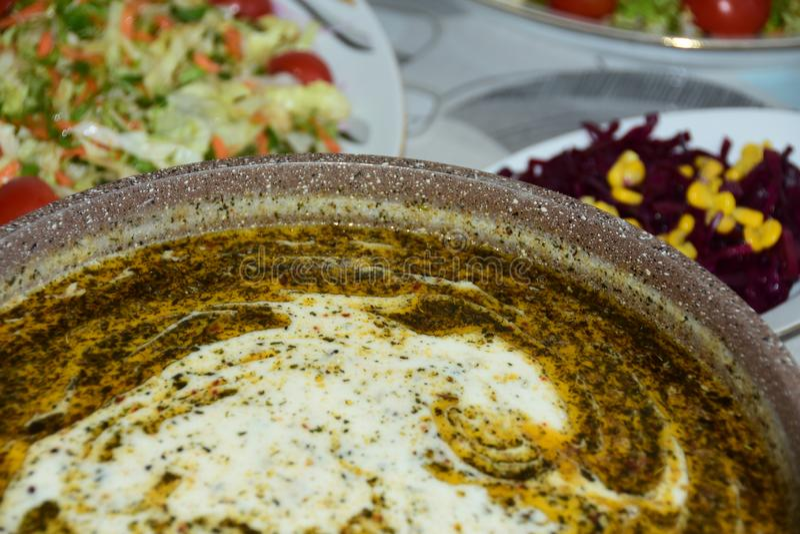 Suppe und Salat auf einer Tabelle stockfoto