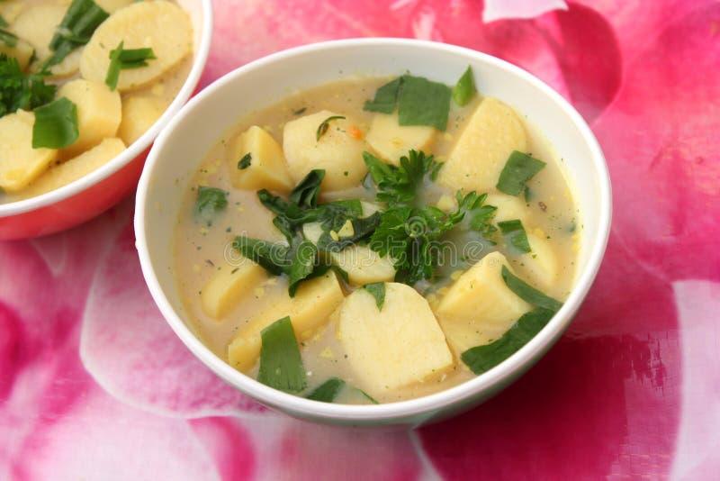 Download Suppe von Kartoffeln stockfoto. Bild von kartoffeln, löwenzahn - 90225518