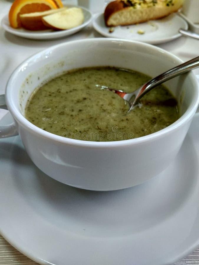Suppe von Kartoffelpürees mit Spinat in einer weißen Porzellanschüssel auf dem Tisch Das Konzept der richtigen Nahrung, vegeta stockfotos