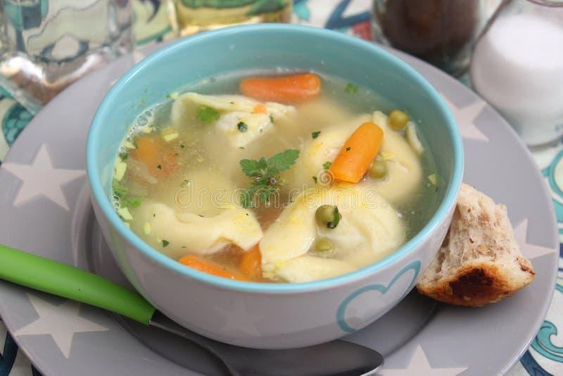 Suppe von Tortellini lizenzfreie stockfotos