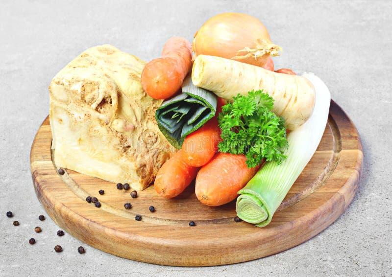 Suppenbestandteile, -sellerie, -petersilie, -porree und -karotten stockfotos