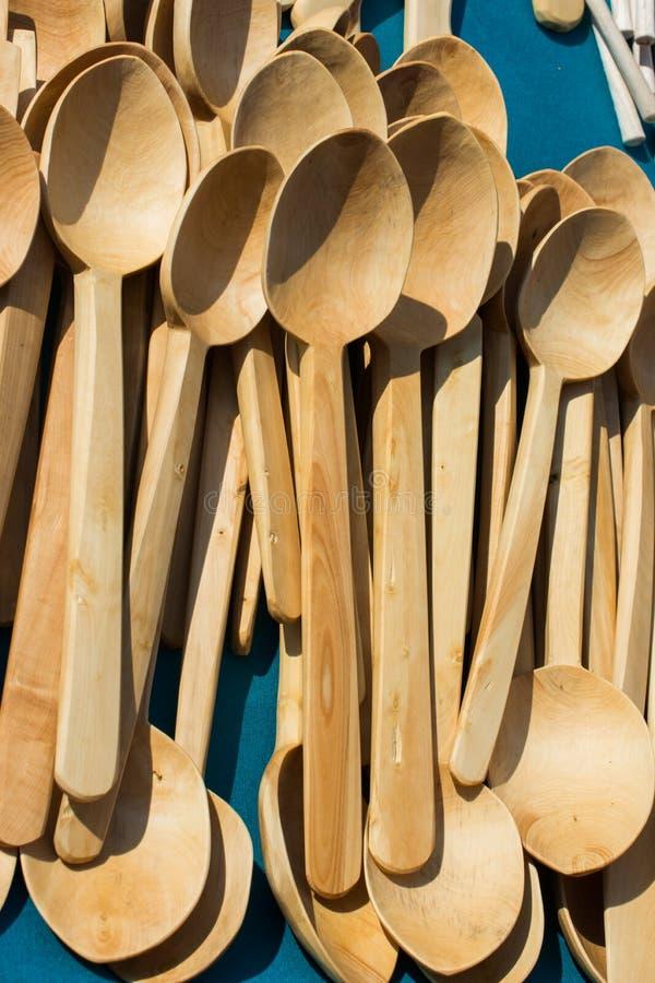 Suppenl?ffel oder Essl?ffel gemacht vom Holz lizenzfreie stockfotos