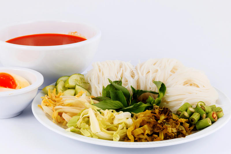 Suppennudellösung und -fische curry Kokosmilch mit Gemüse stockbilder