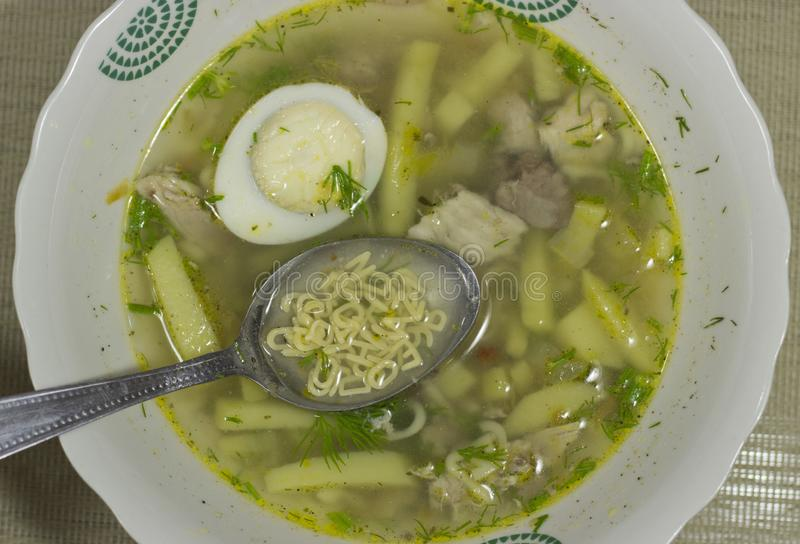 Suppennudeln in der Suppe lizenzfreies stockfoto