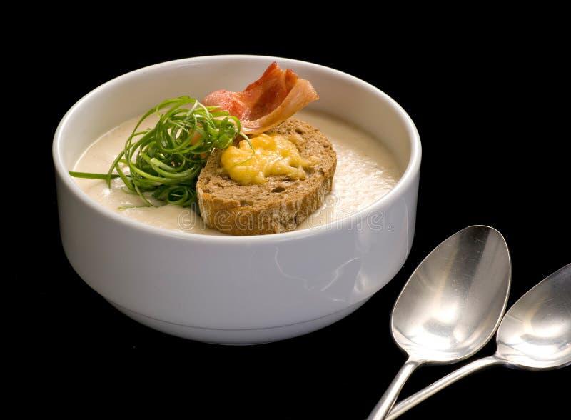Suppenp?ree, Sahnesuppengelb mit Schinken und Croutons, trockenes Brot lizenzfreie stockfotografie