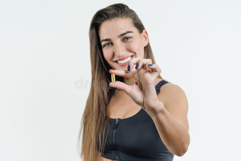 Suppléments, sports, vitamines, régime, nutrition, consommation saine, mode de vie Fermez-vous de la femme de sourire de forme ph images stock