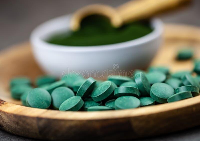 Supplementi sani - clorella, polvere di alghe di spirulina e pillole fotografia stock