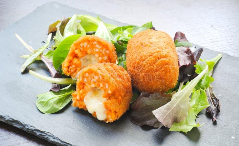 Suppli типичная итальянская еда улицы южная стоковые изображения