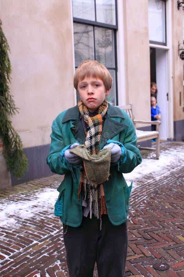 Supplica del ragazzo povero fotografia stock libera da diritti