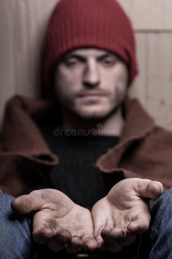 Supplica dell'uomo senza tetto fotografia stock