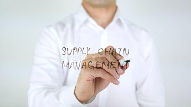 Supply chain management, scrittura dell'uomo sul vetro fotografia stock