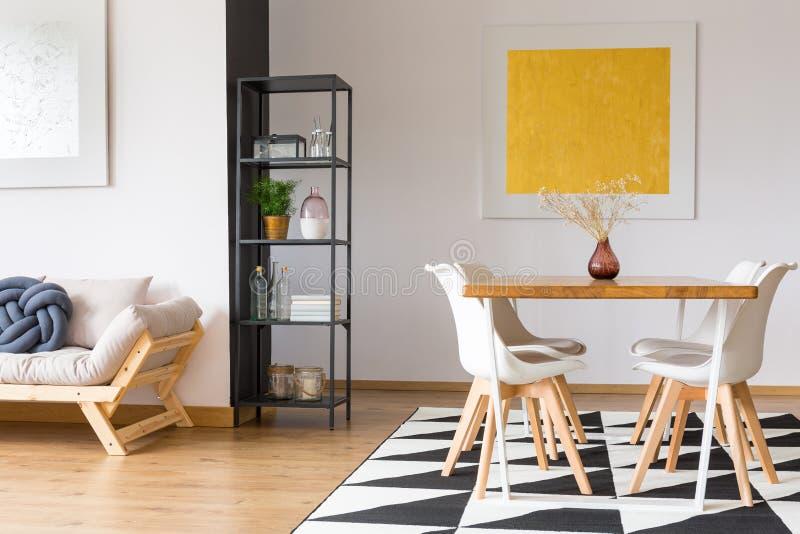 Support élégant dans un appartement photos stock