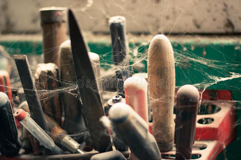Support abandonné d'outil près de la fenêtre de grange photo stock