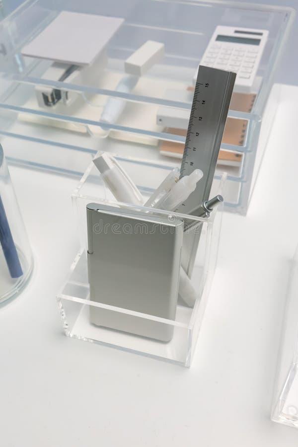 Support acrylique d'espace libre carré de forme pour l'organisateur de papeterie sur le wh photo libre de droits
