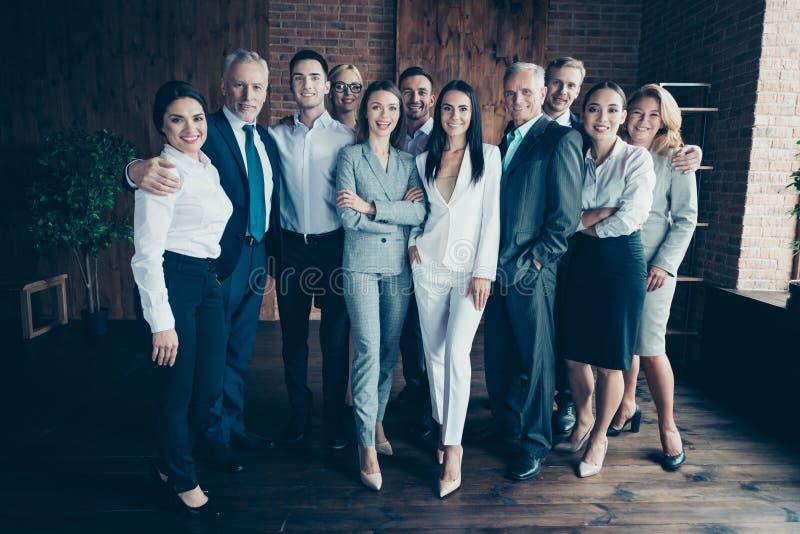 Support amical de taille du corps de photo de différents d'âge hommes d'affaires multi-ethniques intégraux de métis étroit elle s images libres de droits