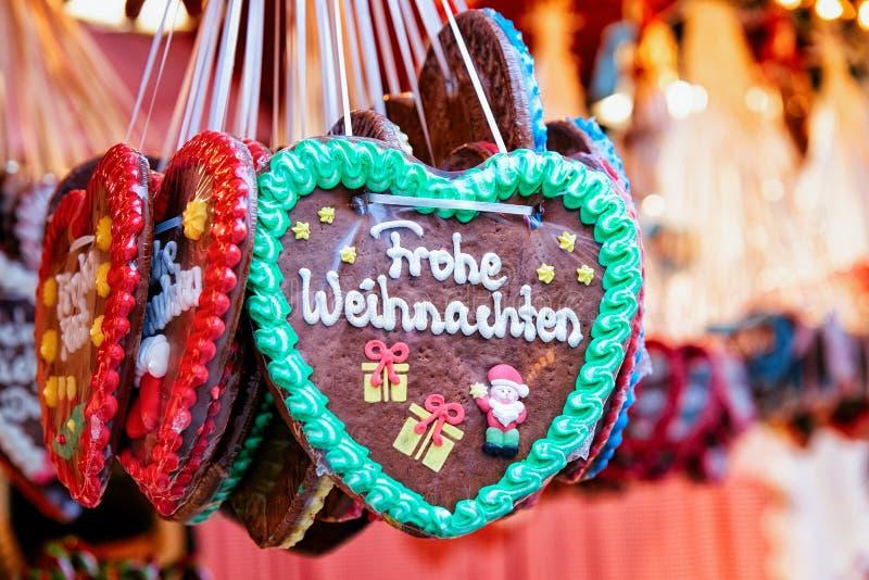 Support avec des bonbons à pain d'épice de coeur au marché de Noël chez Kaiser Wilhelm Memorial Church en hiver Berlin, Allemagne image libre de droits